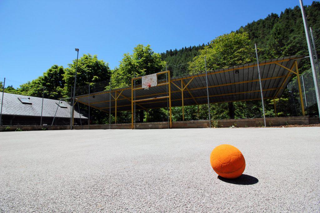 Plateau sportif camping base de loisirs la Pègue à Meyrueis, Lozère